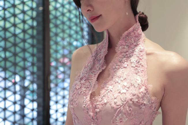 林志玲大婚送客禮服,設計師以簡潔的立領與削肩設計,勾勒出她美麗又性感肩頸線條。圖/SHIATZY CHEN提供