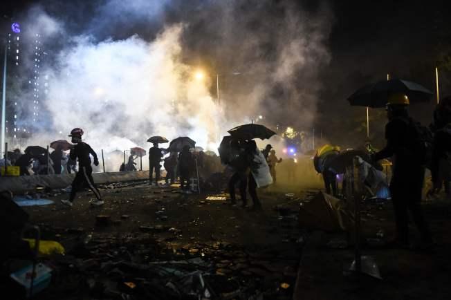 香港理工大學外的示威者與警方對峙持續。 (Getty Images)