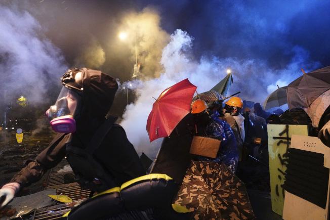 香港理工大學外的示威者與警方對峙持續。美聯社