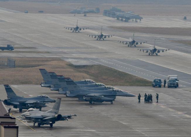 NORTHKOREA-MISSILES/ 美韓17日意外喊停原定本月底舉行的聯合空中演習,圖為前年底「警戒王牌」演習時,在烏山空軍基地參演的部分飛機。路透