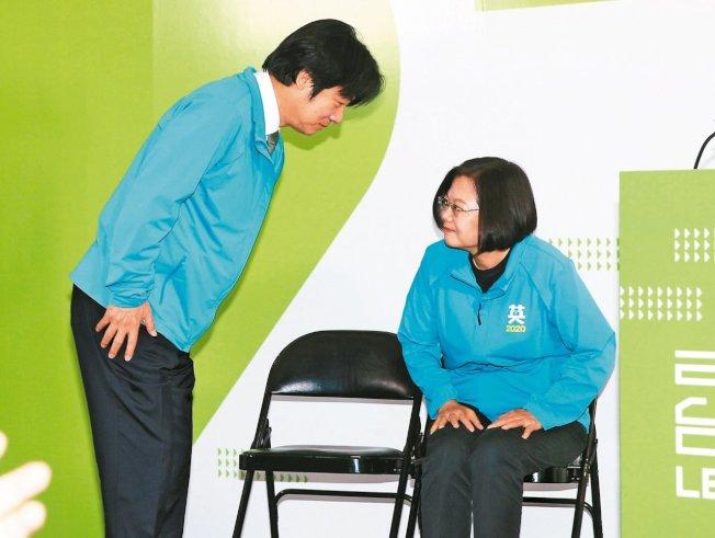 民進黨總統參選人蔡英文(右)昨宣布副手由行政院前院長賴清德出任。 記者陳正興/攝影