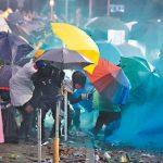 港理大警民激戰 警出動裝甲車 記者被水柱襲擊重傷
