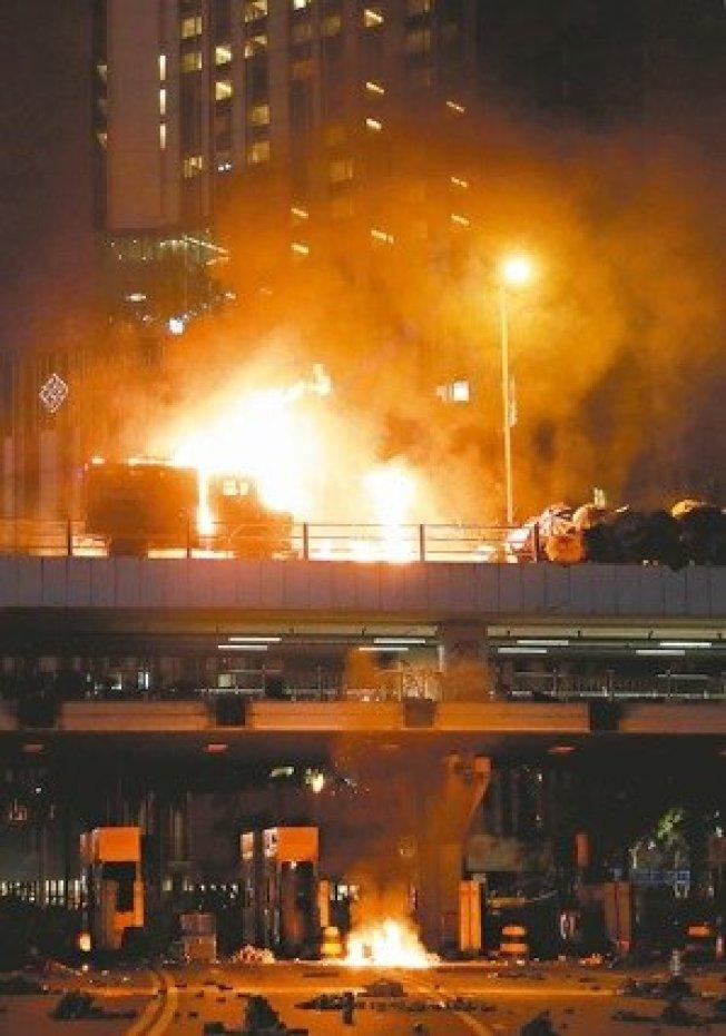 香港反送中示威者昨天與警方在理工大學外爆發激烈衝突,示威者向港警投擲汽油彈,造成裝甲車著火,燃起熊熊火焰。 路透