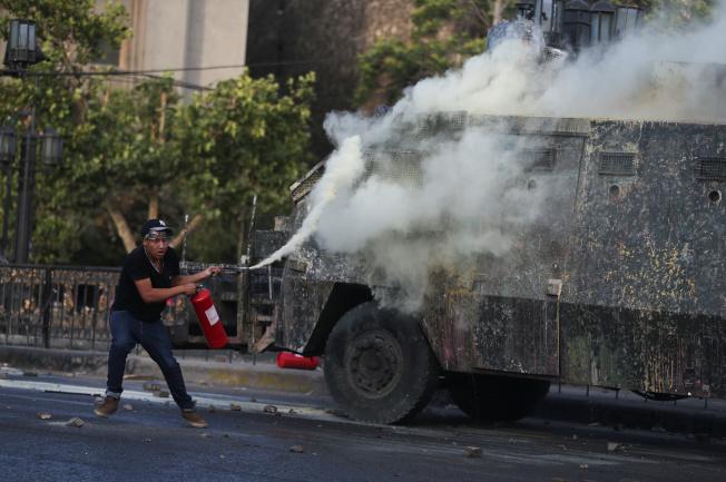 港警17日在香港理工大學與抗議民眾發生衝突,警方證實使用音波炮。路透