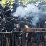 港理大抗議民眾跑出校園 至少30人被捕上銬