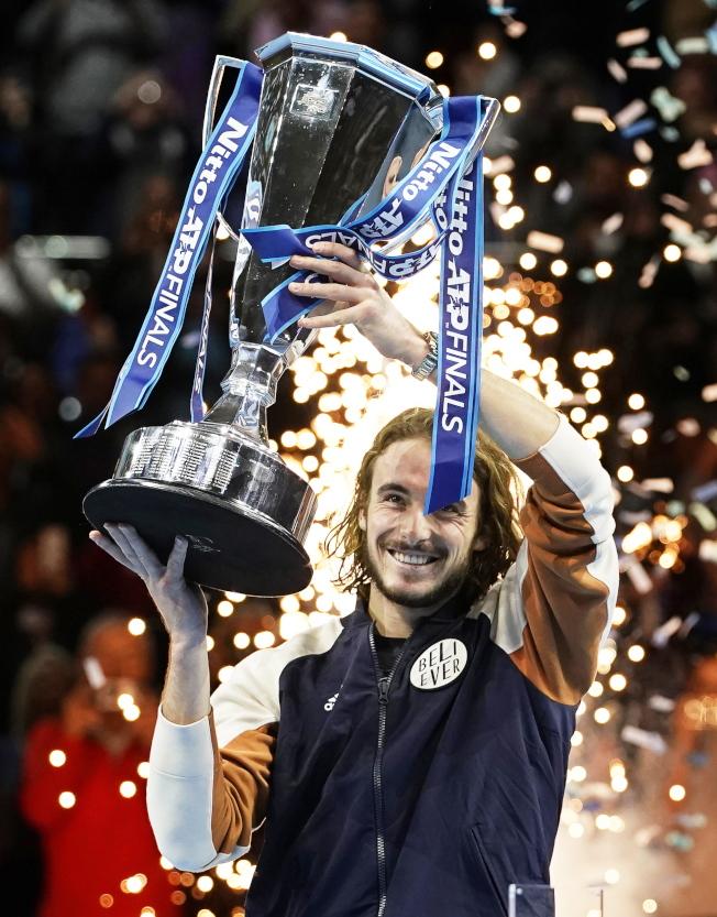 西西帕斯開心舉起冠軍獎盃。(歐新社)