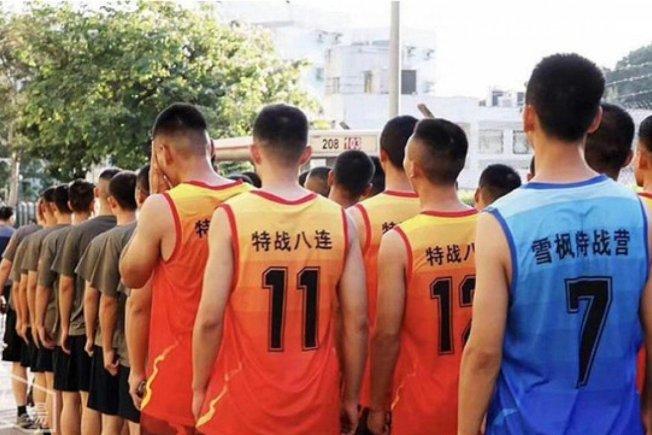 協助清理香港街頭路障的中國解放軍裡,有人身穿色彩鮮豔、印有「雪楓特戰營」和「特戰八連」字樣的運動背心。(取材自臉書)