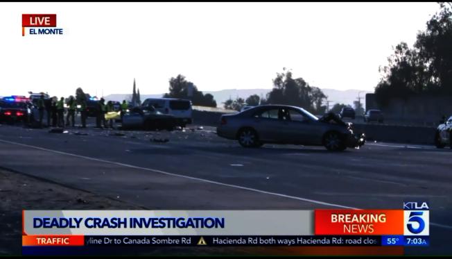 在艾爾蒙地(El Monte)境內的西向10號公路17日清晨發生車禍,兩人死亡,三人受輕傷。(KTLA)
