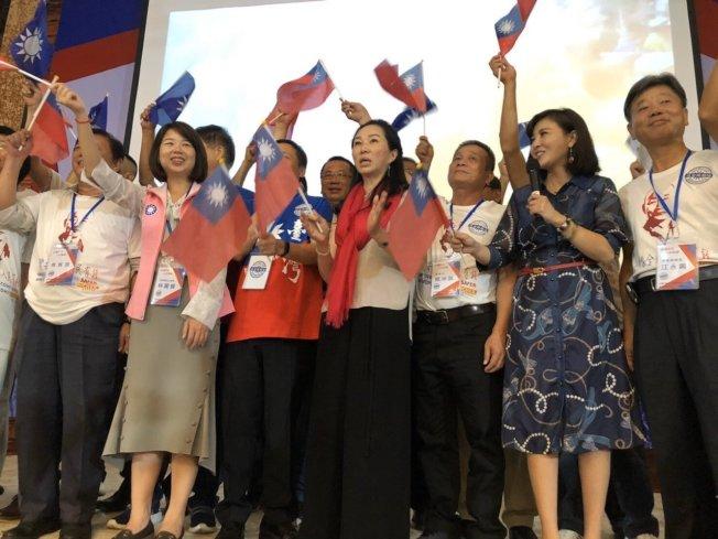國民黨總統參選人韓國瑜的妻子李佳芬(前排中),目前正在柬埔寨訪問,受到當地僑胞歡迎。她將於12月15日在洛杉磯出席造勢大會。(韓國瑜競選辦公室提供)