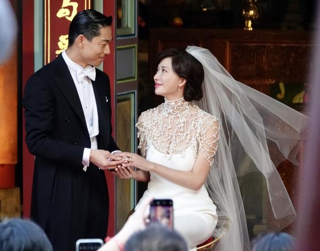 台灣第一名模林志玲17日與放浪兄弟成員AKIRA完成世紀婚禮,在全臺吳氏大宗祠進行婚禮儀式,兩人交換戒指。(記者林伯東/攝影)