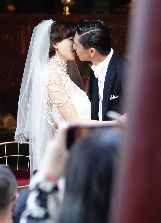 台灣第一名模林志玲17日與放浪兄弟成員AKIRA完成世紀婚禮,在全臺吳氏大宗祠進行婚禮儀式,兩人接吻。(記者林伯東/攝影)