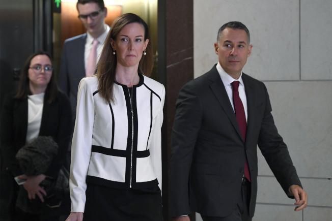 眾院情報委員會公布副總統潘斯的外交助理威廉斯(中)月初作證證辭不利川普總統在烏克蘭事件中的說法。(美聯社)
