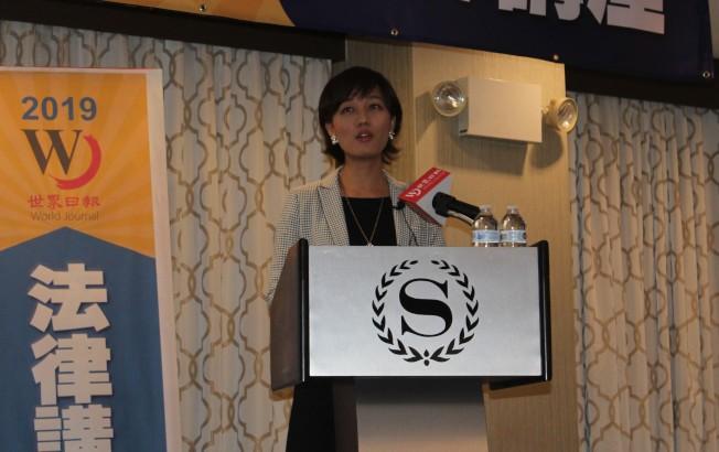 韋菁蘭講解工作及其他簽證申請。(記者朱蕾/攝影)