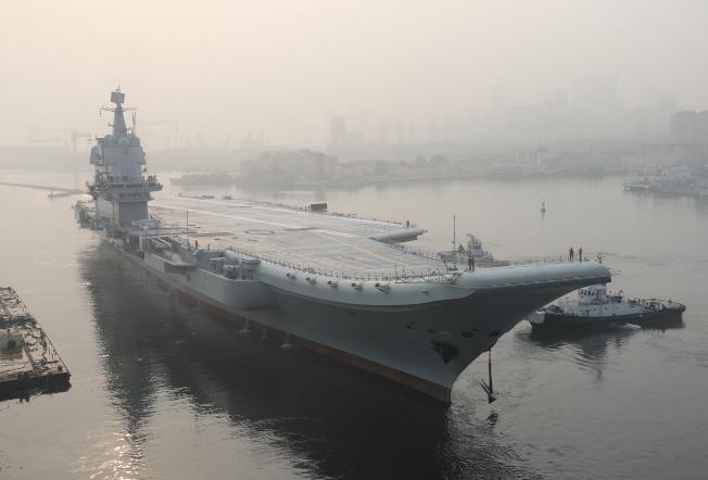 中共首艘自製航空母艦,17日由東海進入台灣海峽向南航行。圖為這艘新航艦去年5月首次試航後停在大連。 (美聯社)