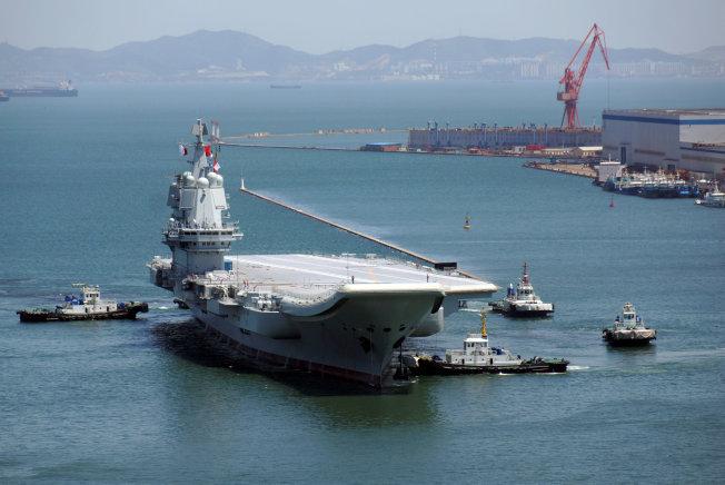 中共首艘自製航空母艦,17日由東海進入台灣海峽向南航行。圖為這艘新航艦去年5月完成首次海上試航後,停在大連。(路透)