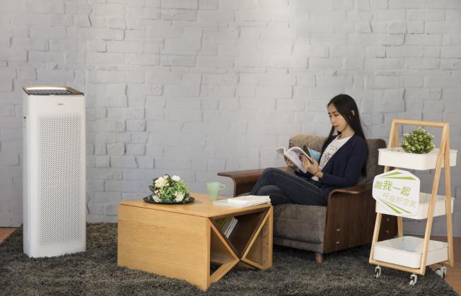 商用款空氣清淨機Master最高可淨化33坪空氣,瘦長造型不占空間,合大坪數住宅或商用空間。圖/WINIX提供