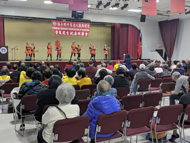 老人服務協會表演舞蹈「世界第一等」。(記者蕭永群/攝影)