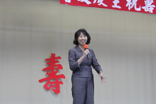 僑教中心主任陳奕芳笑稱這是「青年俱樂部」的活動。(記者盧淑君/攝影)