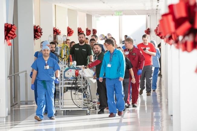 醫護人員17日忙著把病人由史丹福醫院舊院區轉入新院區,興奮之情溢於言表。(取自臉書)