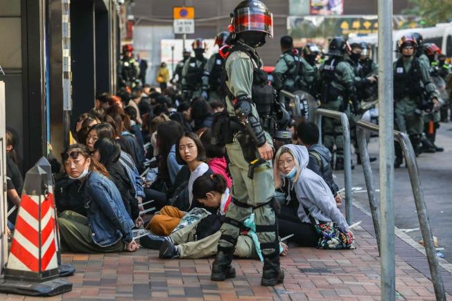港警18日上午逮捕理大校園的示威者。(Getty Images)
