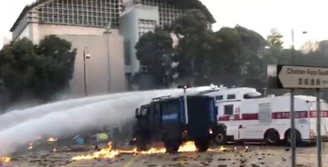 港警裝甲車首度裝上LRAD出動,俗稱「音波炮」,專家指殺傷力驚人。(特派員李春╱攝影)