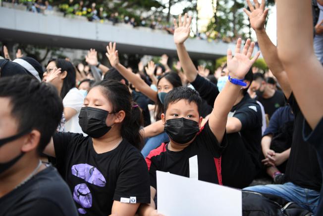 大批年輕的反送中示威者17日在中環抗議。(路透)