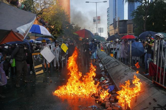反送中示威者17日在理大外與警方對峙。(歐新社)