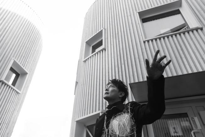張信哲與北歐團隊合作新歌「慢慢走」。(圖:潮水音樂提供)