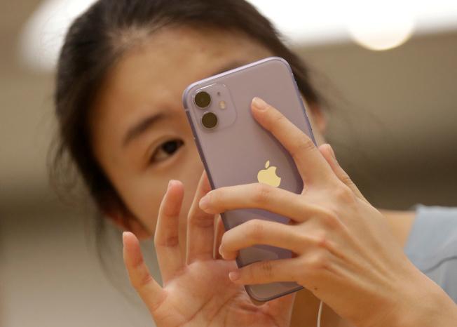 蘋果明年新手機望採用3D感測臉部辨識解鎖。(路透)