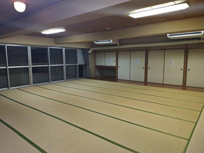 日本一名女網友表示,參加社團活動時僅有她一位女生,因此她可獨享一間超大和式房間。(取材自推特)