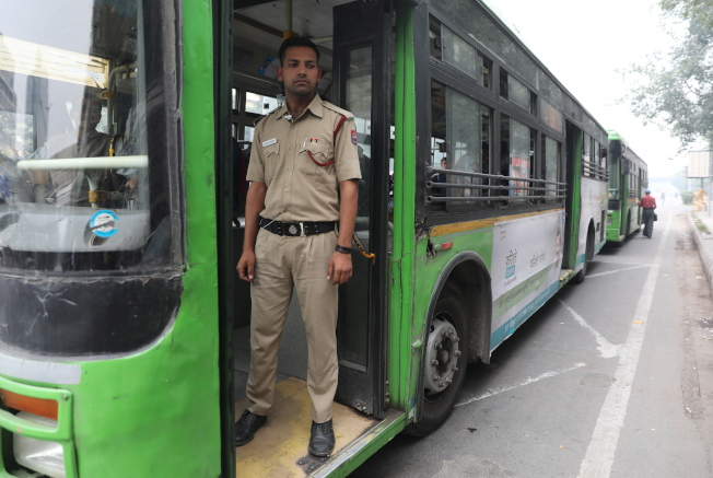 為了確保女性乘車安全,德里政府在公車上部署的維安官員。(歐新社)