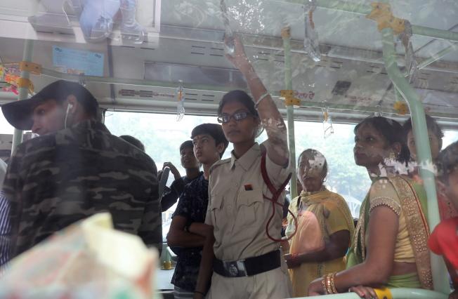 一名女性維安官員和乘客一起搭公車,確保女乘客安全。(歐新社)