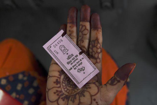 德里政府推出女性免費搭公車服務,女性只要憑圖中粉紅色票券即可免費搭乘公車。(Getty Images)