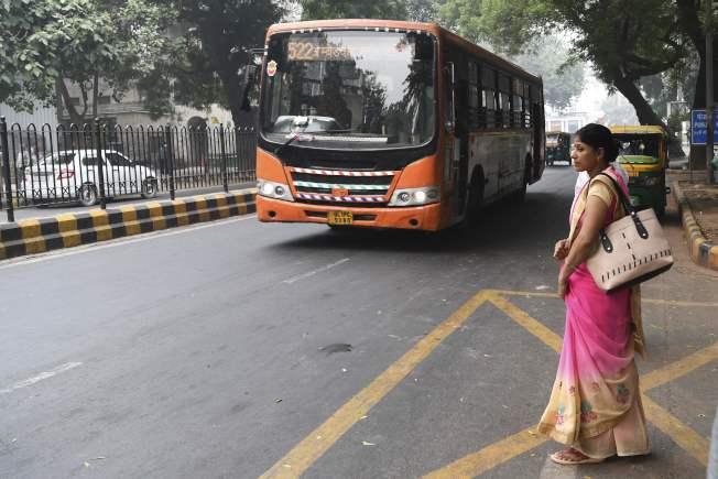 一名女性在新德里等待搭乘公車。(Getty Images)