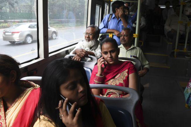 有民眾表示,這項措施對需要搭車上班的女性很有幫助,省下一筆費用。(Getty Images)