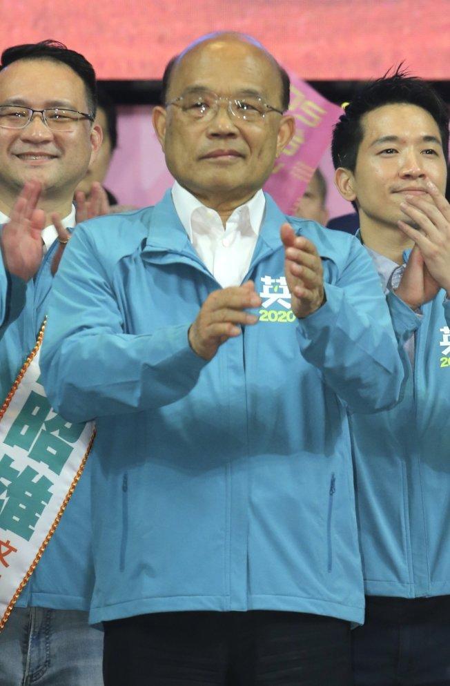 行政院長蘇貞昌(中)17日出席蔡英文競選總部成立大會,遭到病毒感染造成顏面神經失調,站在台上的他臉部表情相當僵硬。(記者許正宏/攝影)