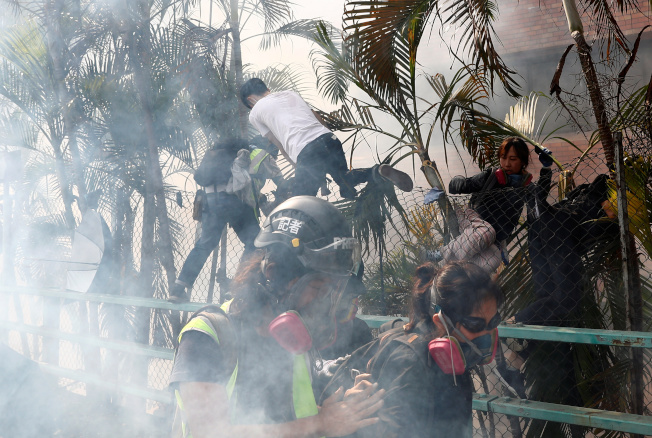 周末起,港警方與示威者在理工大學點燃戰火,示威者的汽油彈交織警方的催淚彈和水炮車射出的水柱,數百名示威者被困校園。路透