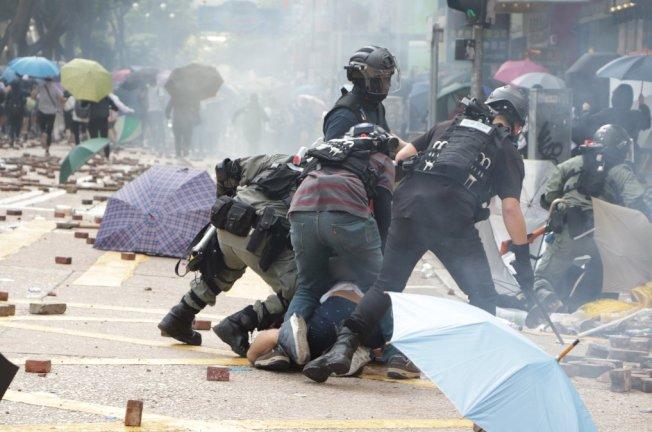 香港理工大學18日成為反送中主戰場,警方封鎖周圍500公尺,漆咸道和金馬倫道周圍爆發衝突。外圍有示威者想進入理大支援,防暴警察多次放催淚彈阻止。中央社