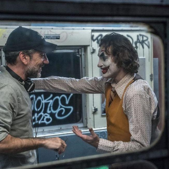陶德菲利浦(左)執導、瓦昆菲尼克斯(右)主演的「小丑」全球票房已破10.1億美金(約新台幣307億),票房打敗「黑暗騎士」等賣座電影。圖/華納兄弟提供