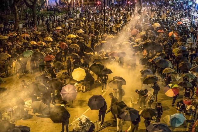 18日,示威者試圖向香港理工大學校園方向前進,途中遇警方發射催淚彈。(Getty Images)