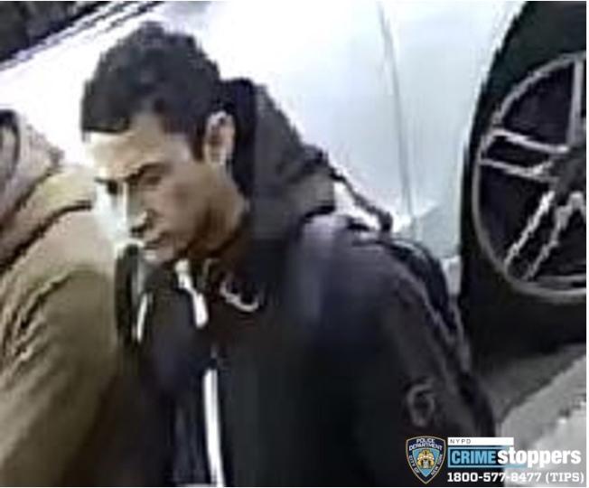 該男子涉嫌在法拉盛市中心搶劫。(警方提供)