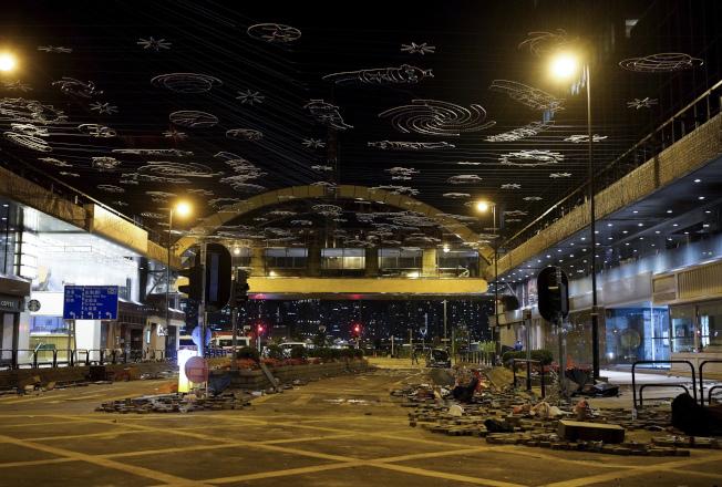 香港多名示威者18日晚上在油尖旺一帶聚集。美聯社