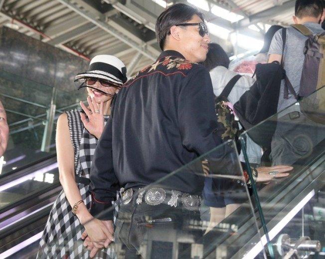 林志玲(左)與AKIRA (右)完成世紀婚禮後,抱著99朵玫瑰花現身台南高鐵。記者林伯東/攝影