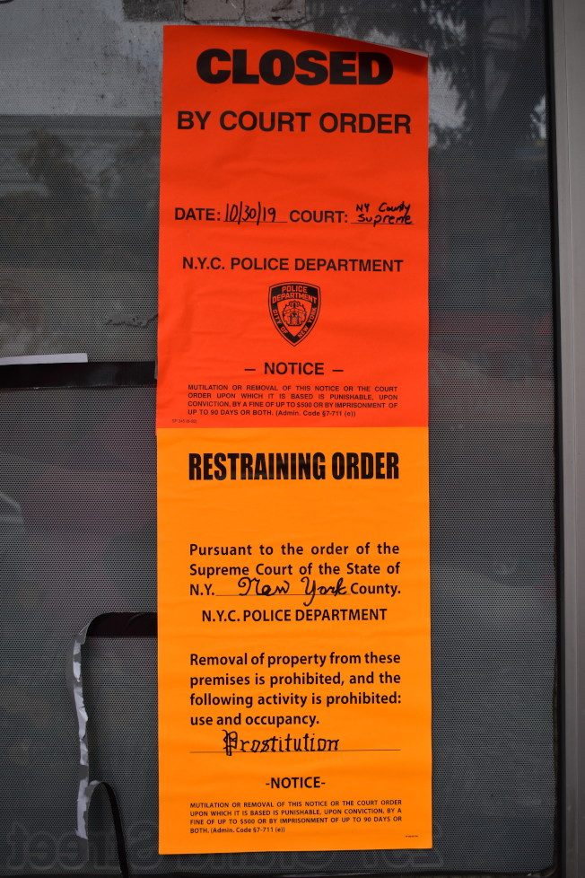 「Grand Healing」門上貼著法院的禁止令。(記者顏嘉瑩/攝影)