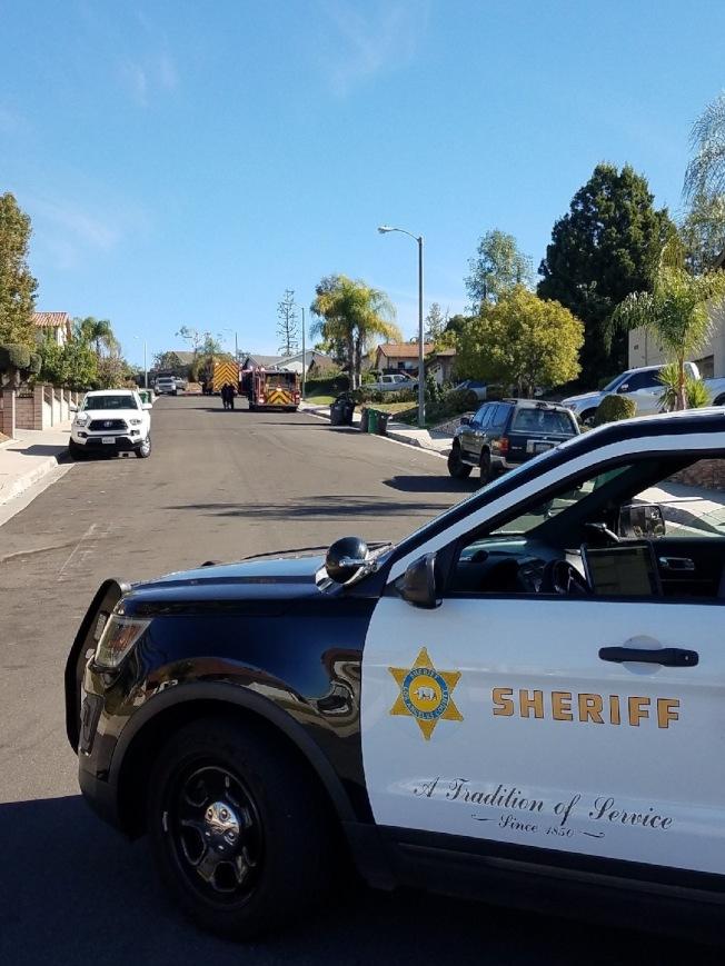 洛杉磯縣警察局鑽石吧分局警車目前仍封鎖附近路段並建議民衆不要遷往。洛縣消防局有害物質調查小組仍在現場調查當中。(鑽石吧警察局提供)
