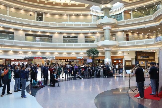 亞特蘭大機場聽眾聆聽六重奏。(記者陳淑玲/攝影)