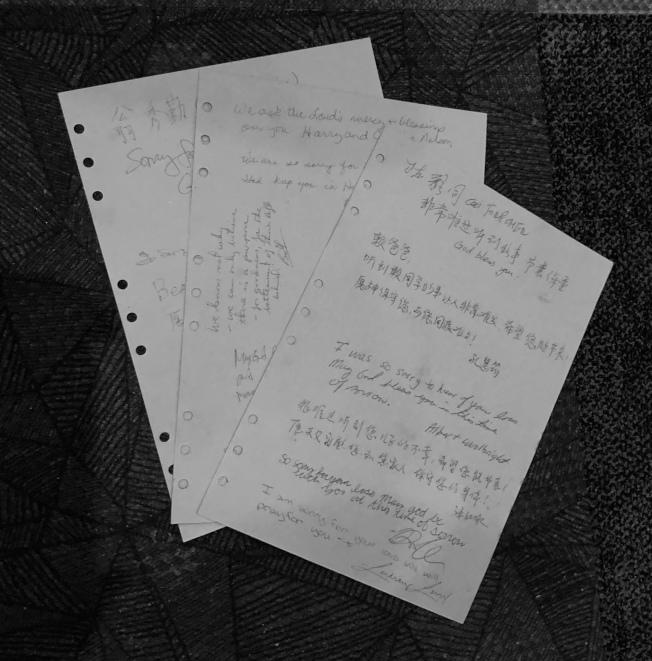 阿州中區華僑協會會員簽名慰問賴致愷家屬。(記者王宇平/攝影)