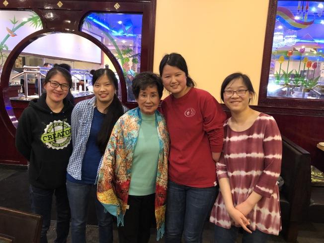阿州中區華僑協會會長陳少娟(中)和被美國人收養的四位優秀學生獎得主。(記者王宇平/攝影)