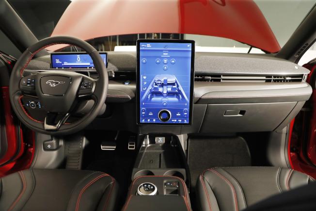 Mach-E乾淨、高科技的內飾以及15.5英寸的螢幕,非常像特斯拉的風格。(美聯社)