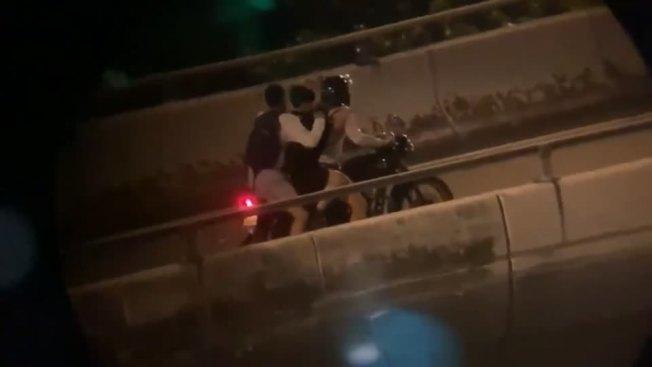 香港理工大學「圍城」今邁入第三天。18日晚間,被港警圍困在理大的數百名示威者中,有多人冒險從一座行人天橋上以繩索垂降,並搭上接應的機車成功逃離。路透